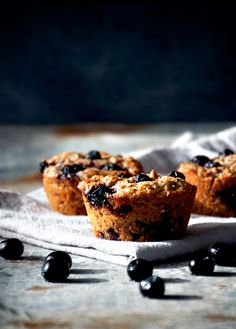 Vegan blueberry almond muffins made with whole wheat spelt flour, shredded coconut, chia, and banana as a healthier version of the classic. Healthy Muffin Recipes, Healthy Muffins, Make Ahead Breakfast, Breakfast Recipes, Little Muffins, Almond Muffins, Protein, Vegan Blueberry, Cupcakes