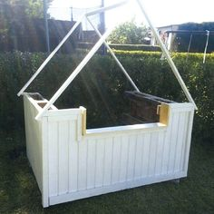 Bygg lekekiosk til barna med paller - viivilla.no Kiosk, Porch Swing, Outdoor Furniture, Outdoor Decor, Diy, Gardens, Ad Home, Bricolage, Outdoor Gardens