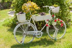 67 Flower Planters from Old Bicycle for Garden - Unique Balcony & Garden Decoration and Easy DIY Ideas Bicycle Decor, Old Bicycle, Bicycle Art, Paint Bike, Bicycle Painting, Unique Garden Decor, Unique Gardens, Garden Ideas, Flower Planters