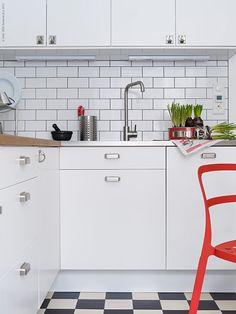 <p><strong>När det gamla köket inte längre går att räddas, är det dags att tänka nytt. Ett modernt och bekvämt kök kan andas svunna tider. Så här skapade vår krönikör Anna Pettersson sitt drömkök i retrostil!</strong></p> <p>Anna bor ihop med sin sambo i Midsommarkransen i Stockholm. Deras lägenhet är ett funktionellt folkhemsbygge från mitten av 1940-talet. Det lilla köket behövde renoveras på grund av en vattenskada.</p> <p>-Trots att...