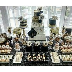 Absolutely love this dramatic combination of black, white, and gold for this #dessert_tablescape