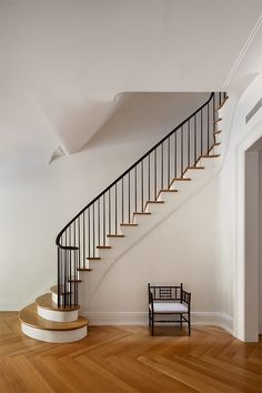 A Brownstone for the Century - Remodelista : O'neill rose West Side Townhouse, stair hall Metal Stair Railing, Stair Handrail, Curved Staircase, Modern Staircase, Railings, Spiral Staircases, Bannister, Black Railing, Townhouse Interior