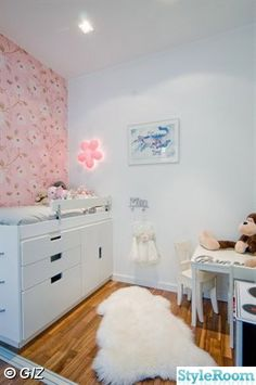 Loftsängen byggde jag utav: 2 förvaringsskåp(byråer) från IKEA serien STUVA, kökstäcksida, köksbeslag (som stege)