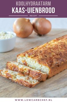 This low-carb cheese-onion bread is delicious as a snack with a drink, but also as lunch with a bowl of soup. Gluten-free, low in carbohydrates and keto proof! Healthy Low Carb Recipes, Super Healthy Recipes, Real Food Recipes, Healthy Snacks, Low Carb Quiche, Low Carb Bread, Tapas, Low Carb Protein, Healthy Slow Cooker