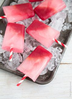 Blood orange season doesn't last forever. Let it last a little longer with these sweet, tart, and refreshing blood orange limeade popsicles! Frozen Desserts, Frozen Treats, Just Desserts, Delicious Desserts, Yummy Food, Gelato, Diy Eis, Orange Sanguine, Popsicle Recipes