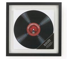 C'est cet objet que je cherchais en décor pour mon chum! Mais est-ce que l'on peut facilement sortir le Vinyl pour l'écouter? ZoneMaison.com