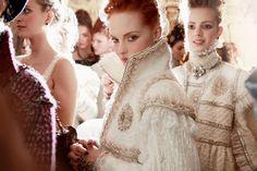 La majestuosidad de la época barroca, el Renascimento e romantismo para coleção de Chanel  Spring/Summer 2013   (Backstage Paris-Édimbourg Métiers d'Art 2012/13)