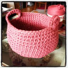 Tutorial (French) for small hoooked zpagetti baskets Crochet Diy, Crochet Braids, Crochet Simple, Crochet Storage, Crochet Basket Tutorial, Diy Bags Purses, T Shirt Yarn, Small Bags, Small Purses
