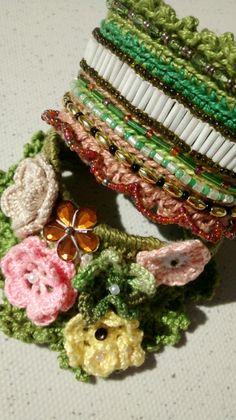 Bracelete croche com pedrarias