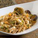 Deliciosa y sabrosa receta con frutos del mar y fideos fritos, un plato limpio y sencillo de reproducir preparado por Ramón Roteta.