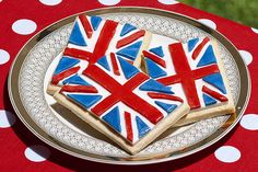 These union jack iced cookies look too good to eat, and are the perfect celebration for the Queen's birthday! Simply decorate your cookies with ready roll icing. Xmas Cookies, Iced Cookies, Sugar Cookies, Baking Cookies, Union Jack Cake, Cake Pops, British Sweets, Royal Tea Parties, British Party