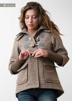 Si indossano i primi cappottini..  Mantellina in lana con trama a quadretti e maniche in jersey - alamari in legno d'ulivo  Wool hooded jacket with checkered pattern and sleeves in jersey - natural olive wood.