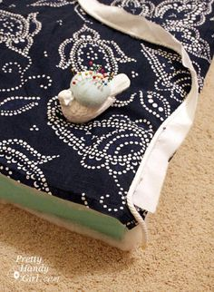 trendy sewing box cushions how to make Sewing Piping, Sewing Box, Love Sewing, Cushion Tutorial, Diy Cushion, Cushion Covers, Piping Tutorial, How To Make Piping, How To Make Pillows