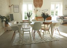 The principle: to divert the Swedish furniture that we all have at home from their primary function. Mismatched Dining Chairs, Table And Chairs, Dining Table, Chaise Masters, Decor Interior Design, Furniture Design, Ikea Sofas, White Wood Furniture, Asian Decor