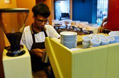La perfección nos caracteriza. Por ello nuestros #Baristas te brindan la experiencia ideal a tus sentidos. Cada taza del mejor café contiene un pizca de pasión dedicación y arte. Eres nuestro invitado especial. Comparte disfruta y deléitate en #AromaDiCaffé visítanos en el C.C. Metrocenter pasaje colonial. #AromaDiCaffé #MomentoAroma #ExperienciaAroma #SaboresAroma #CoffeeTime #CoffeeLovers