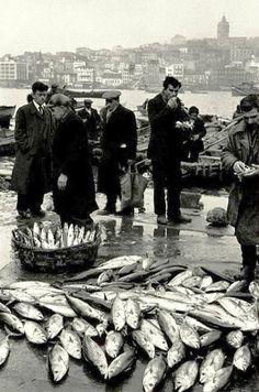 """Eminönü, Istanbul"" photo by Turkish photographer ARA GÜLER (born Artistic Photography, Animal Photography, Street Photography, Istanbul Pictures, Old Photos, Vintage Photos, Great Backgrounds, Foto Art, Art Graphique"