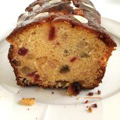 Cake aux fruits confits (et un mini peu de rhum): l'essayer c'est l'adopter! J'ai réduit la quantité de sucre en remplaçant une partie de celui-ci par du miel, tout moelleux.
