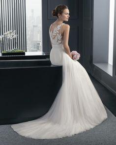 Hochzeitskleid von Rosa Clara. Modell Rado. Naturfarbenes Kleid aus seidigem Tüll und mit Steinchen besetzter Stickerei.