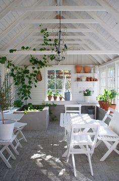 julias vita drömmar - potting shed - potting bench