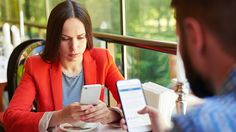 Du «skal bare» sjekke mobilen mens du er sammen med partneren din. Men den lille handlingen kan faktisk være med på å ødelegge forholdet, viser ny forskning.
