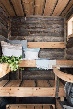 Aidosta 400-vuotiaasta venäläisestä kelohongasta tehdyt seinäpaneelit ja kelolauteet suunnitteli ja toteutti Huliswood Oy. Istumalauteen etulaitaan on veistetty pohjalaiset salmiakkikuviot.