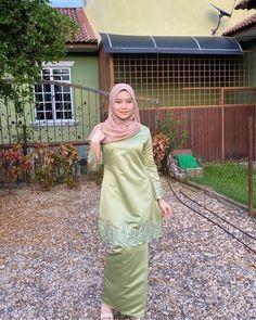 Street Hijab Fashion, Abaya Fashion, Muslim Fashion, Fashion Outfits, Fashion Poses, Arab Girls Hijab, Girl Hijab, Muslim Girls, Hijab Bride