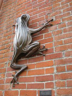 Public art Frog Sculpture by Tim Foley in Downtown Corvallis, Oregon Sculpture Metal, Garden Sculpture, Frog Art, Cute Frogs, Louise Bourgeois, Animal Sculptures, Outdoor Art, Public Art, Graffiti Art