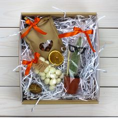 DIY Personalized Gift Basket For Anyone, Girlfriend, Kids, Mom Etc - Owe Crafts Christmas Gift Box, Christmas Store, Christmas Crafts, Personalised Gifts Diy, Handmade Gifts, Bridesmaid Gifts From Bride, Gift Wraping, Client Gifts, Jar Gifts