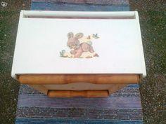 Vanha lelulaatikko- liikkuu puupyörillä- vastakkaisilla sivuilla samanlaiset nallekuviot- pituus 60 cm- leveys 42,5 cm- korkeus 26 cmVoidaan lähettää matkahuollon kautta, lähetys 15 euroa.Hakusnat: design, antiikki, lelulaatikko, lelu, lelut, laatikk...