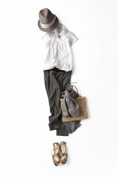 白シャツ×グレーパンツ、今年の着こなし