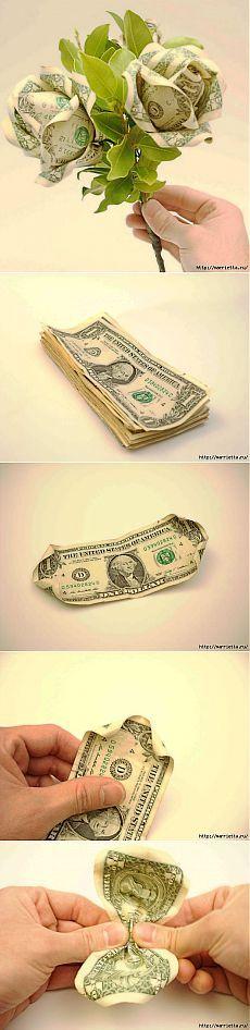 Денежный букет из долларовых розочек.