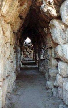 Tirinto, Acropoli, ca 1400-11o a.C. Veduta di uno dei cunicoli di accesso alle mura ciclopiche.