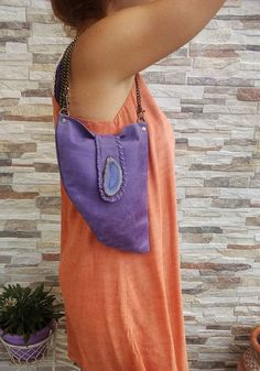 Una pieza básica para todos los amantes de la Bohemia chic!  Este pequeño bolso se hace de un trozo de cuero solo, por lo tanto, su pequeño tamaño y forma original. El cuero es piel de cabra color púrpura de estilo vintage con variaciones de color hermoso.  Una piedra de ágata real púrpura adorna la tapa, agregando un toque hippie único. La aleta es mano atada con cordón de cuero a juego.  Dimensiones: 27cm-10.6 en x 20 (alto) cm-7.8 en (más amplia).  Interior de gamuza natural, sin forro…