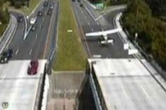 R12Noticias.com: EUA,Avião faz pouso de emergência em avenida movim...