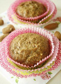 Deze robuuste muffins zijn een goed begin van je dag. Lekker gezond door de noten, het fruit, en het volkorenmeel.