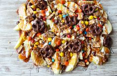 Candy Madness Caramel Apple Nachos are loaded with homemade salted caramel, white chocolate, chocolate covered pretzels, candy bars, and M & M's. How To Make Caramel, How To Make Chocolate, White Chocolate, Making Caramel, Granny Smith, Trader Joes, Dessert Nachos, Apple Nachos, Toffee Bits