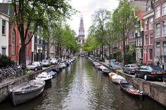 Door de grachten van Amsterdam  kwamen en gingen de handelsschepen. je kunt dus zeggen dat door de grachten van Amsterdam Amsterdam rijk is geworden. In Amsterdam zijn veel grote huizen. Die huizen zijn groot zodat daar veel handelswaren in konden worden gestopt. De tactiek om veel geld te verdienen was: Eerst veel goed koop inkopen. Dan op te slaan en dan duur in de tijd wanneer je die producten niet meer goed kan krijgen voor veel geld verkopen.