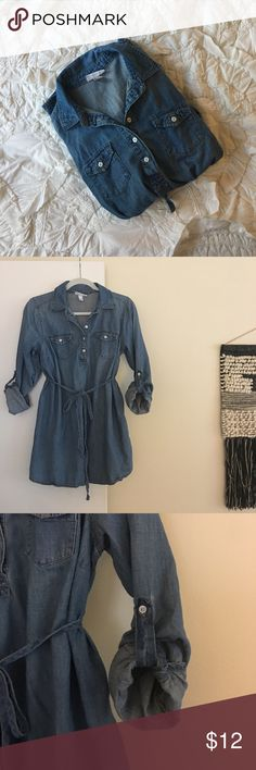 M maternity denim tunic tie shirt Liz Lange Size M Liz Lange Maternity denim tunic with tie. Sleeves can be long or rolled up and buttoned at 3/4 length. Washes great and in excellent used condition. Liz Lange for Target Tops Tunics