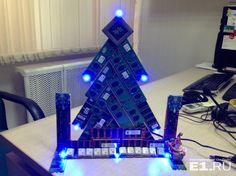 В новогоднем конкурсе E1.RU победила левитирующая офисная ёлка
