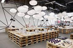 lámparas siempre dan calidez y en techos muy altos son importantes para que no se pierda la exhibición en las alturas!