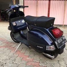 L'image peut contenir : personnes assises, motocyclette et plein air Vespa Excel, Vespa Px 150, Vespa Motorcycle, Vespa Lambretta, Plein Air, Scooters, Motorbikes, Biker, Classic
