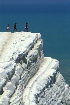 Agrigento. Realmonte, turisti sulle bianche pareti rocciose di Scala dei Turchi - id: 3206