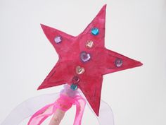 Fairy wands are great for fancy dress – especially Halloween and birthdays.Make your own Fairy Wand with just a few craft materials. 3rd Birthday, Birthday Ideas, Princess Wands, Fairy Wands, Craft Materials, Fancy Dress, Daisy, Frozen, Kid