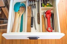 Aprenda a fazer uma divisória de gavetas sob medida para transformar por completo a organização da sua cozinha