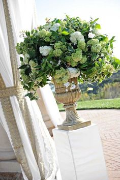 Green arrangements in urns