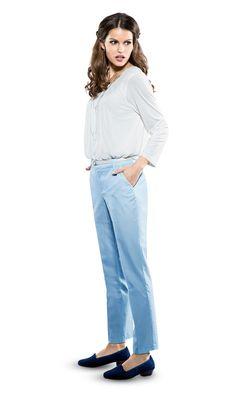 Hose im Minimalprint in Trend-Farbe blau kombiniert mit weißem Chiffon-Shirt. #chiffon #shirt #blau #minimalprint #lisatossa #awgmode