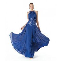 Pronovias apuesta por una línea de vestidos de fiesta elegante y glamorosa, con ciertos toques de romanticismo y un aire totalmente chic, en donde el azul se convierte en uno de los colores de temporada.