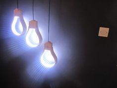 Оригинальный светильник из дерева и светодиодной ленты в виде лампочек
