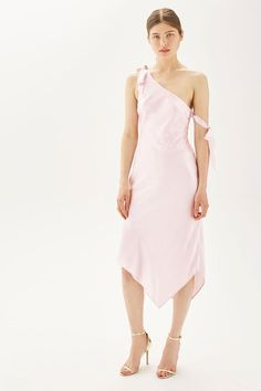Opt for an unconventional party style with this unique satin dress. In a feminine pastel pink hue, it comes with a one-shoulder design with tie detail and an asymmetric hem.