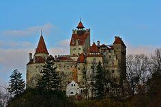 Gruselige Orte Halloween Rumänien -  In der Originalgeschichte von Bram Stoker treibt der Vampir auf Schloss Bran sein Unwesen. Das Schloss wurde 1388 erbaut und diente eigentlich als Grenzeinheit Transsilvaniens zur Verteidigung und zum Treiben von Handel. Nicht zu verwechseln ist das Schloss mit dem Sitz von Vlad III., der als Vorlage für Bram Stokers Vampirgrafen gedient haben soll. Rumänien hat noch mehr Grusel zu bieten: Der Hoia Baciu Wald gilt als der unheimlichste Wald der Welt, in…